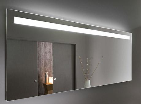 Miroir de salles de bain plein feu sur le reflet avec le m - Miroir salle de bain lumineux avec prise de courant ...