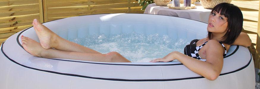 coin cosy autour d'un spa gonflable
